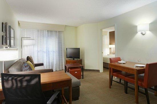 Residence Inn Greenville-Spartanburg Airport: One Bedroom Suite Living Area