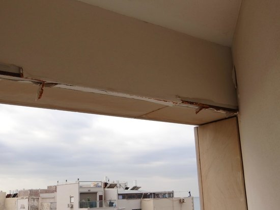 Leonardo Suite Tel-Aviv Bat-Yam : The wall of the balcony outside the room