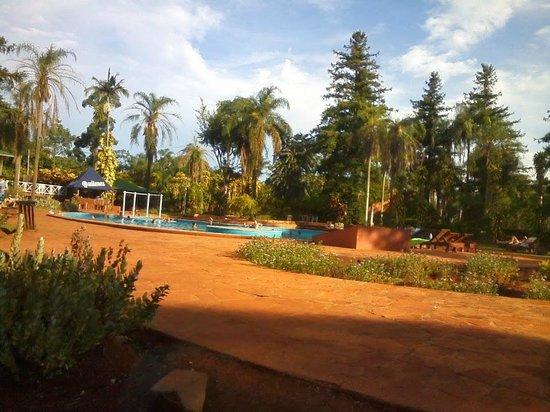 Hostel Inn Iguazu: parque y pileta