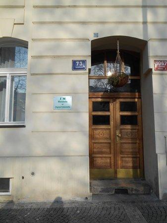 I'M Hostels and Apartments: Puerta de calle