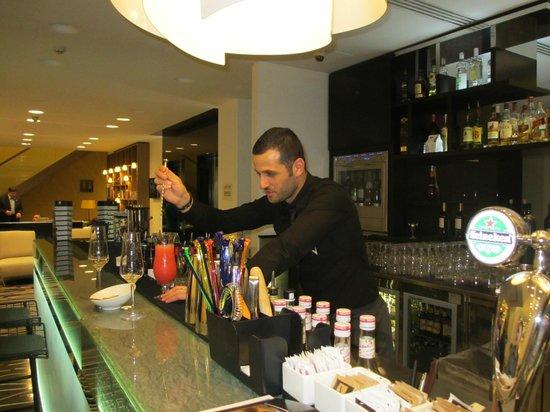 Hotel Valentina: Armondo preparing a cocktail