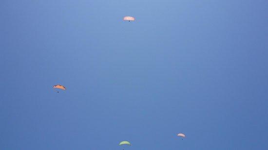 White House Beach Resort: 滑行傘