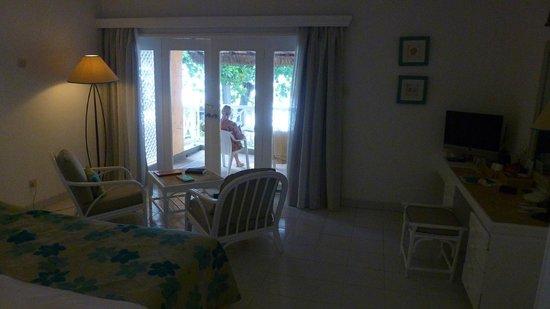 Merville Beach Hotel: Chambre avec balcon vue mer