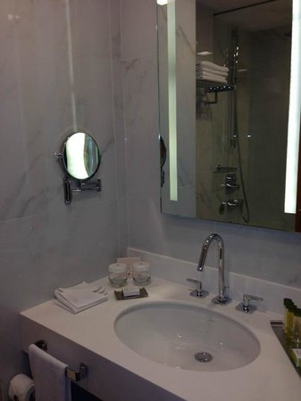 DoubleTree by Hilton Istanbul - Moda : Sink and Mirror