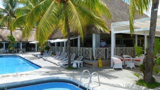 Merville Beach Hotel: Bar sur la piscine