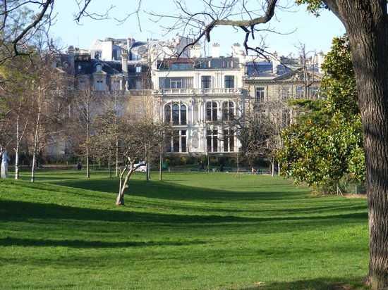 Hotel du Théâtre : Jardins Monceau à 300 mètres