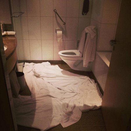 Clarion Hotel Copenhagen Airport: The bathroom after the flood