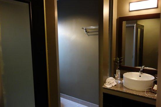 King Grand Boutique Hotel : Entering the massive bathroom