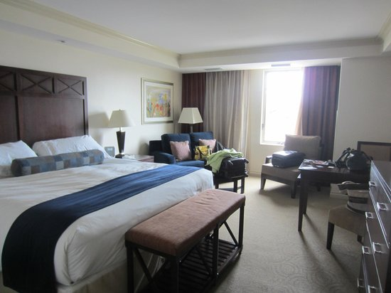 The Wyvern Hotel Punta Gorda: Lots of room, king bed, sitting area, wet bar