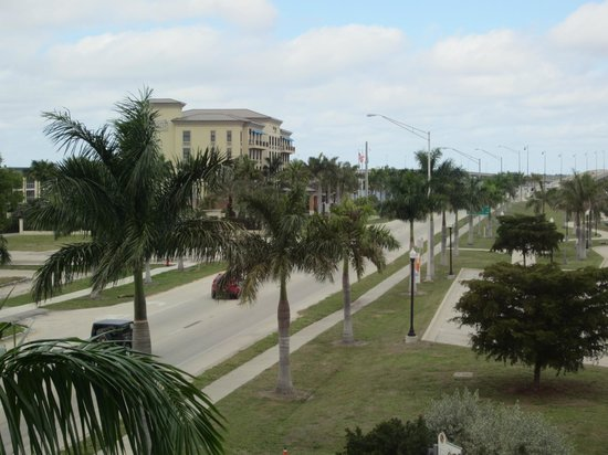 The Wyvern Hotel Punta Gorda : Another view our our window, bridge to Sanibel
