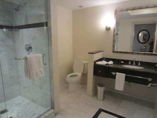 The Wyvern Hotel Punta Gorda: HUGE bathrooms