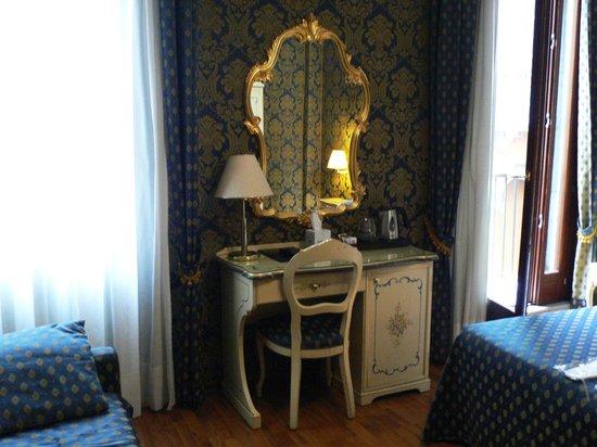 Hotel Al Gazzettino: Interno camera
