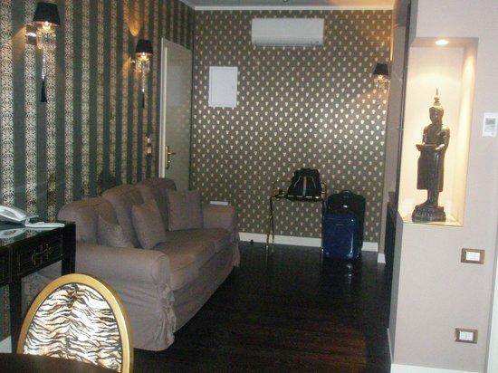 Savoia Hotel Regency : Salotto con tv e tavolo suite gold