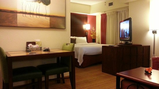 Residence Inn Cincinnati North/West Chester: TV with HD and set on a swivel. Well-designed room!