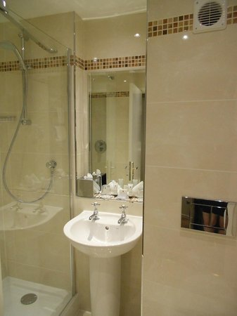 Highlands Hotel at Macdonald Aviemore Resort: Refurbished ensuite at Highlands Hotel