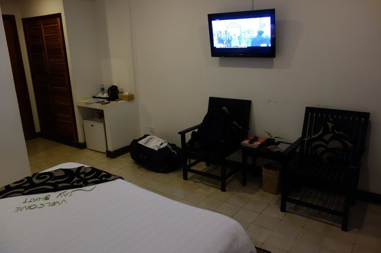 Apsara Centrepole Hotel : Room view from the other side with big flat screen TV