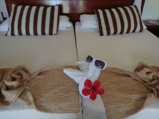 Paradisus Varadero Resort & Spa: Towel and bed art by our housekeeper