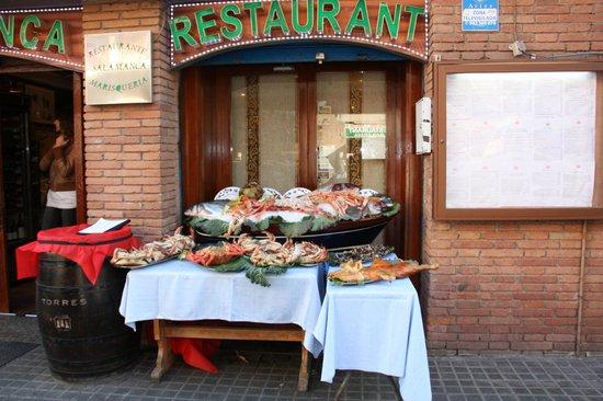 Restaurante Salamanca: Exposición de los productos a la entrada del Restaurant Salamanca
