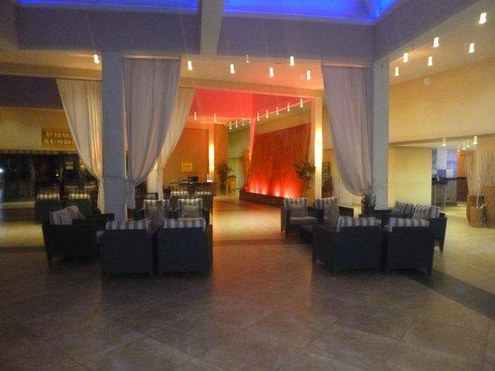 Divi Aruba Phoenix Beach Resort: Lobby at night