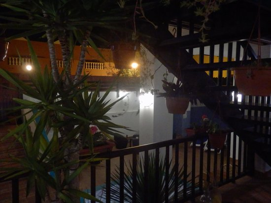 La Casita Hotel: Night view of pool area