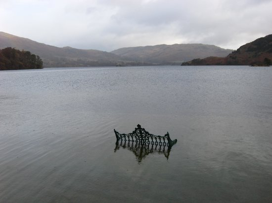 Glenridding, UK: Ullswater floods in to the Gardens of the hotel!