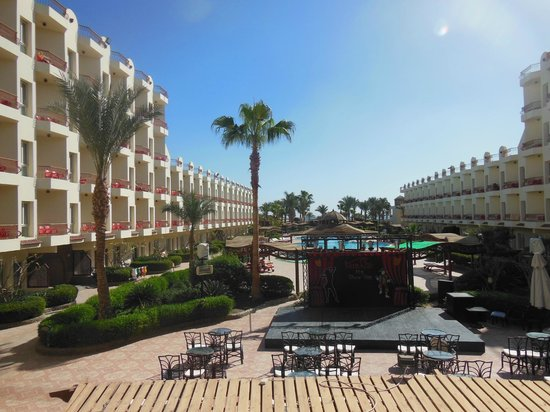 Mirage New Hawaii Resort and Spa: Вид на бассейн