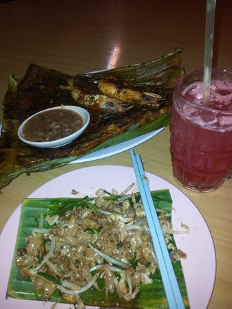 I Love You, Cafe Batu Ferringhi : my dinner... grilled fish and tiger prawns, fried noodles and fresh watermelon juice