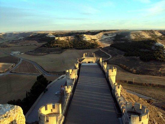 Castillo de Peñafiel: Tiene forma de barco. Desde el se ve la Sierra de Madrid.