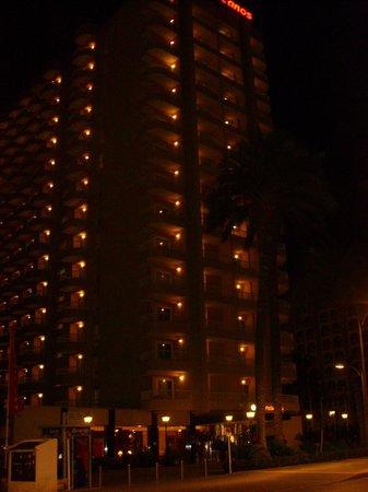 Sol Pelícanos Ocas: Hotel Outside at Night