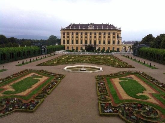 Palacio de Schönbrunn: Schonbrunn Castle - view of gardens to east of Palace