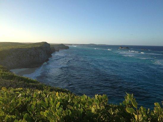 Blue Horizon Resort: beach from hiking path