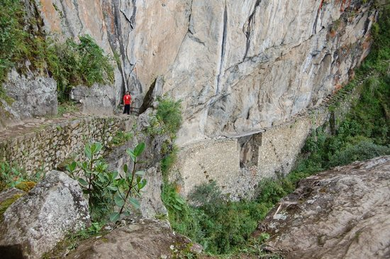 Machu Picchu Viajes Peru : esa madera chiquita de abajo es El Puente del Inca