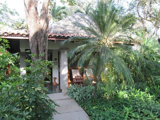 Capitán Suizo Beachfront Boutique Hotel: Looking at one of the bungalows