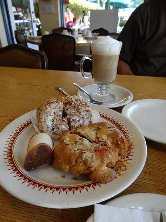Olsen's Danish Village Bakery : Pâtisseries et capuccino