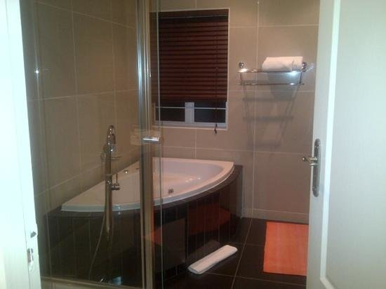 Silver Oaks Boutique Hotel: Heavenly bathroom - highlight of my stay
