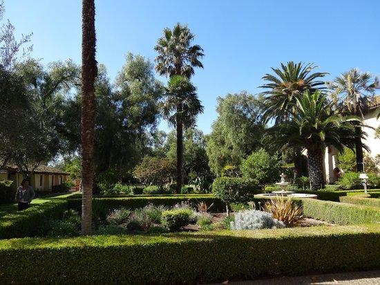 Solvang, Kalifornia: Jardin verdoyant de la mission Inès