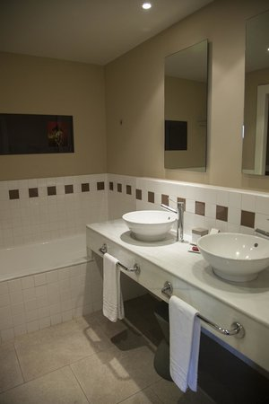 Precise Resort El Rompido - The Hotel: Lavabos y bañera