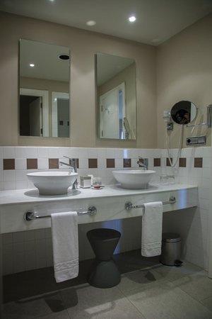 Precise Resort El Rompido - The Hotel: Lavabos del baño