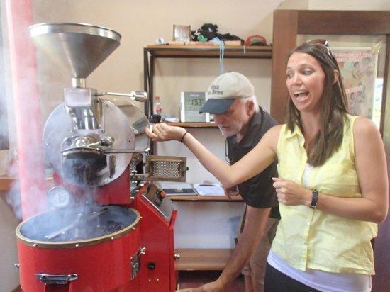 Boquete Coffee Tour : Roasting coffee beans!