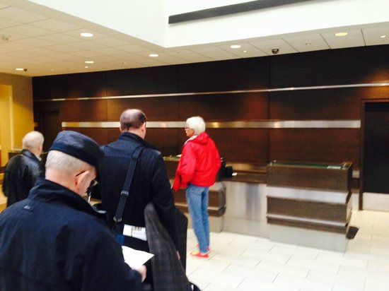 Hyatt Regency Indianapolis: No one to help at the front desk