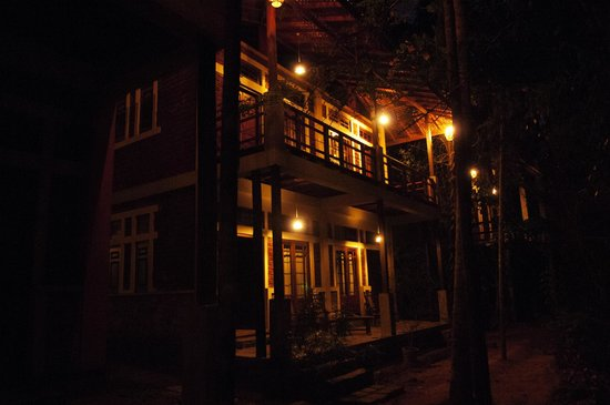 Otel Chalets : A night view of the Chalets