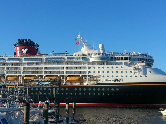 Grills Seafood Deck & Tiki Bar : We watched the Disney Cruise ship pulling out of port.
