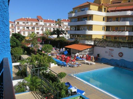 Apartamentos Pez Azul: Utsikten mot poolen