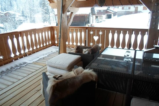 Chalet Grand Coeur : The balcony area outside the dining area with comfy chairs with fur blankets.