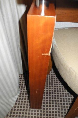 Hotel Nash Ville: Broken Table