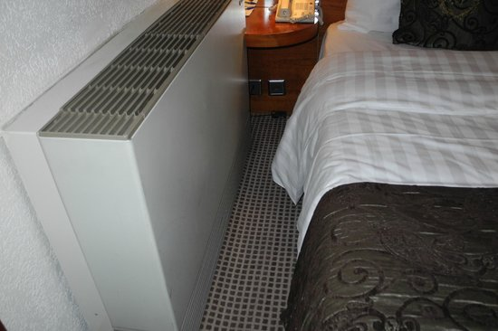 Hotel Nash Ville: Air Conditioner is just next to the bed!
