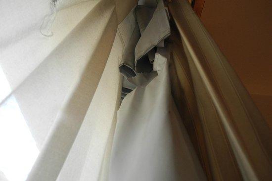 Hotel ibis Genève Centre Lac : Broken Window Curtain