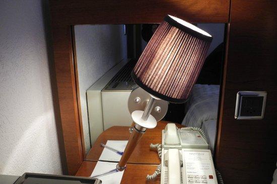 Hotel ibis Genève Centre Lac : Broken Lamp