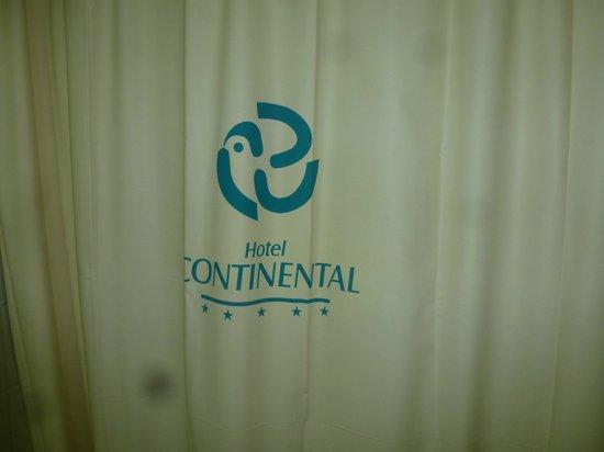 Continental Hotel : Bañadera vieja con cortina de goma.