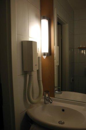 ibis Zurich Messe Airport: hair dryer provided